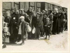 Bu fotoğraftakilerin hepsi kayıtlara göre gaz odalarında ölmüş. Çocuklar dahil. Çocuk nasıl öldürülür aklım almıyor. Elbiselerin üstünde gördüğünüz büyük sarı yıldızlar o kişilerin Yahudi olduğunu gösteriyor. Nazi kurallarına göre Yahudiler kıyafetlerinde bu işaretleri taşımaya mecburdu.