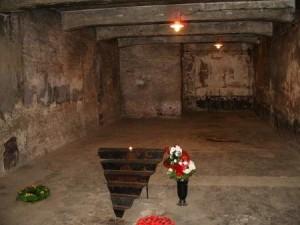 Aushwitz_I_gas_chamber_memorial-450x337